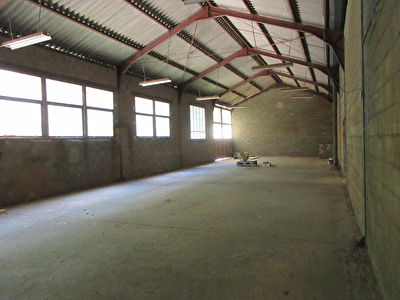 ST GENIEZ D'OLT 3 box de 40 m², 1local de 80 m² et un local de 120 m²