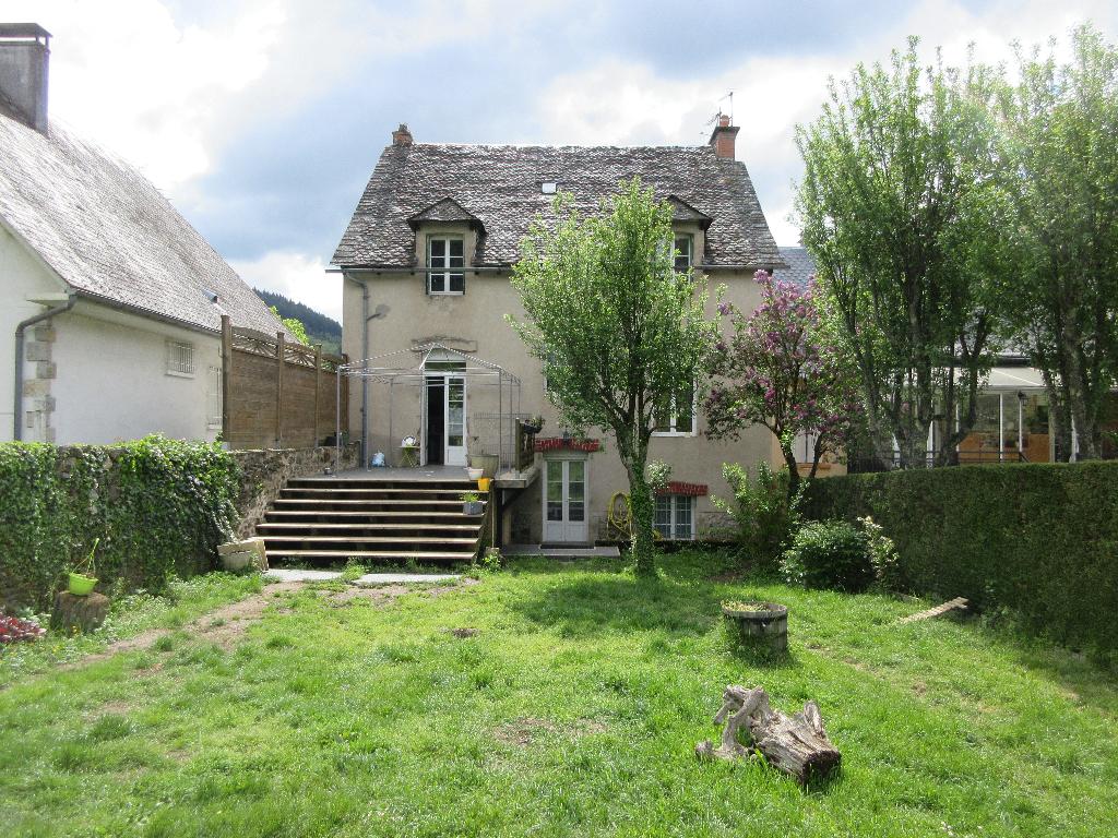 - A VENDRE - Maison 6 pièces avec jardin de 900 m² - SAINT GENIEZ D'OLT