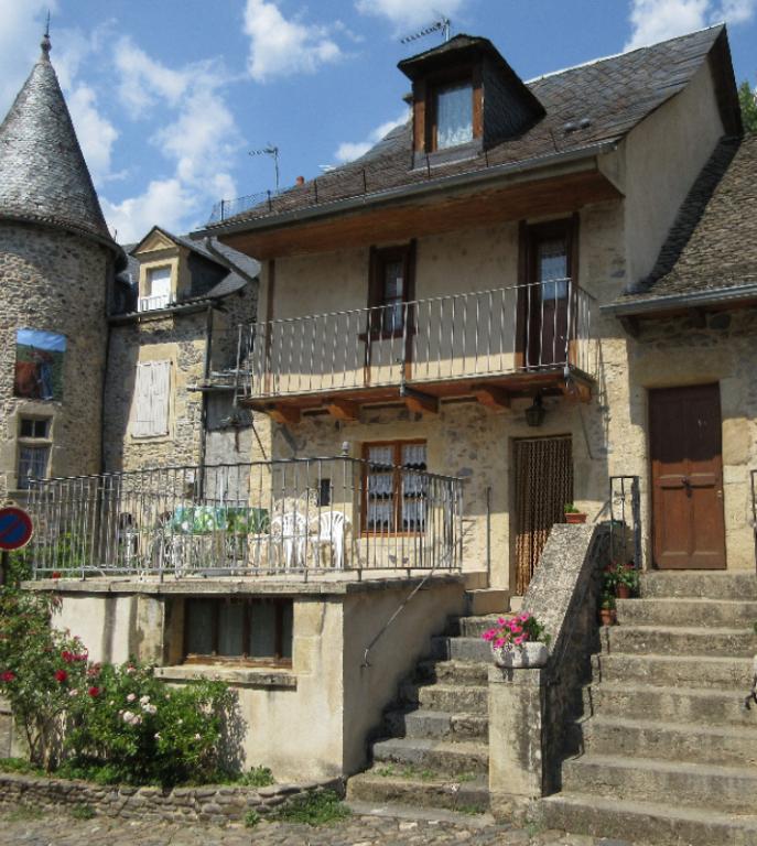 - VENDU - St Eulalie d'Olt, maison de village de type 3.