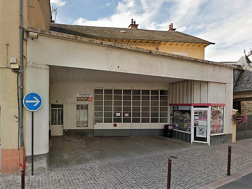 Maison T4 et grand garage ( ancien garage automobile) au centre de St Geniez d'Olt