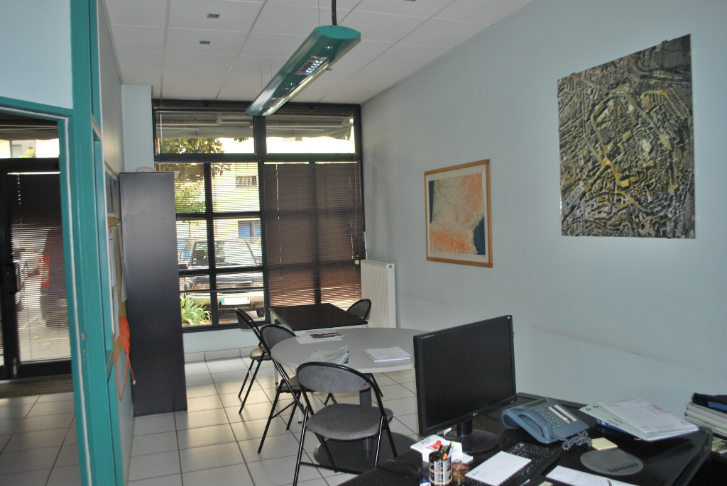 - A LOUER- A VENDRE - Local commercial - Bureaux, garages et archives - ONET LE CHATEAU