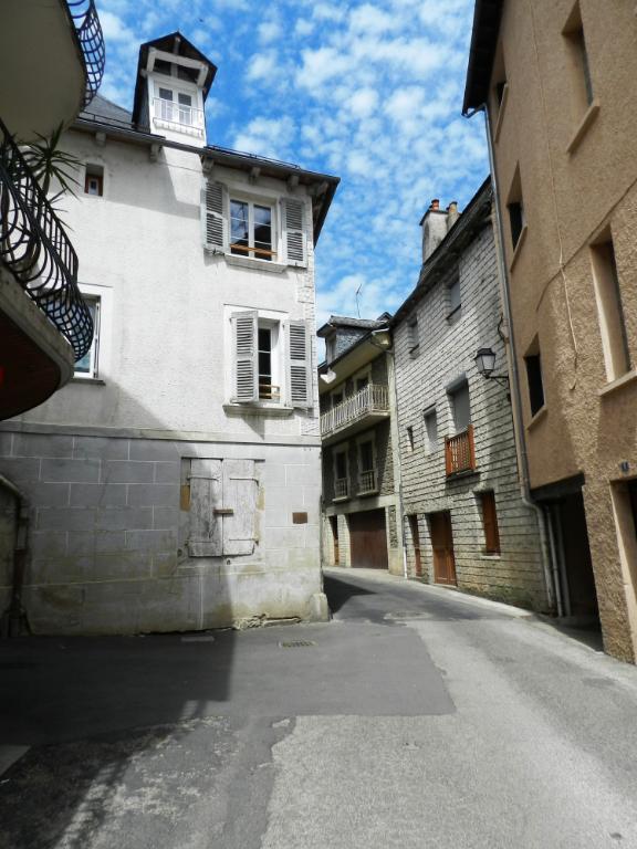 - A VENDRE - Immeuble locatif de 3 appartements, garages - SAINT GENIEZ D'OLT ET D'AUBRAC